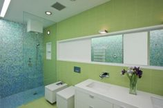 Kupatilo sa zelenim pločicama Naiztat + Ham Architects - Namestaj24.com