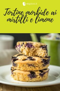 Tortine vegan morbide ai mirtilli e 🍋⁣ ⁣ Soffici e dolci, il profumo di limone e mirtilli che emanano durante la cottura inebrierà tutta casa!⁣ ⁣ Healthy Cake, Raw Vegan, Raw Food Recipes, Latte, Catering, Bakery, Good Food, Food And Drink, Collage