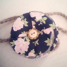 A thin headband with a floral button detail, customized according to your measurements! Thin Headbands, Baby Shower Gifts, Coin Purse, Buttons, Detail, Floral, How To Make, Accessories, Fashion