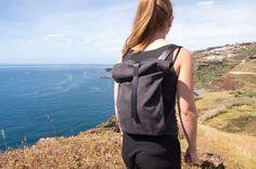 Ein schnell genähter sportlicher Rucksack, mit einem Hauch von Seriosität, aus Canvas und einem Lederträger und -riemen als Verschluss.