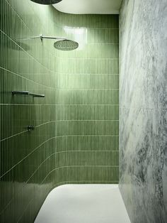Mur en Travertino ferré à fresco et protégé par un vernis Acryl PU Mat faisant face à un carrelage vert tropical made in Australian Interior Design Awards