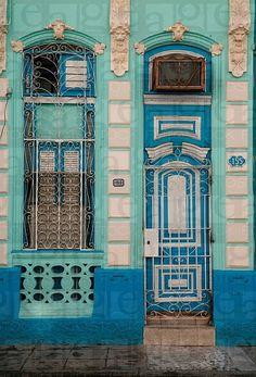 Stunning blue door, aqua facade of building Cuban Architecture, Architecture Unique, Cool Doors, Unique Doors, Portal, Entrance Doors, Doorway, Door Entryway, Porches