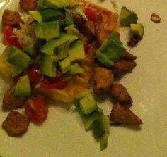 Wafels met topping van pittige kip, avocado en tomatensalsa