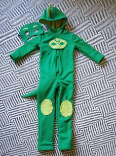DIY PJ Masks Gekko Costume | Life by Ky Blog Pj Masks Kostüm, Festa Pj Masks, Family Halloween Costumes, Boy Costumes, Halloween Fun, Fantasia Pj Masks, Party Favors For Kids Birthday, Mask Party, Barn