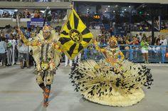 ARTIFICES de Défilé, OBJET de PRESTIGE de l'ECOLE de SAMBA: le DRAPEAU. Le CHAR d'OUVERTURE est suivi du 1er COUPLE MESTRE SALA et PORTA BANDEIRA -- carnaval brésilien -