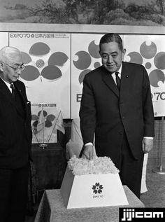 大阪万博起工式 起工式のボタンを押す佐藤栄作首相(右)。左は堀田庄三・日本万国博覧会協会副会長(東京・首相官邸)(1967年03月15日)