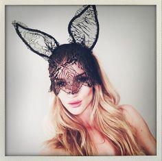 Les oreilles de lapin Maison Michel de Rosie Huntington-Whiteley http://www.vogue.fr/mode/mannequins/diaporama/la-semaine-des-tops-sur-instagram-29/19004/image/1005351#!les-oreilles-de-lapin-maison-michel-de-rosie-huntington-whiteley
