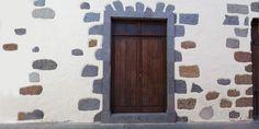 Im Norden von Gran Canaria liegt das Dorf Teror. Mit seinen imposante Häuser aus dem 16. Jahrhundert – verziert mit kanarischen Holzbalkonen – ist es  ein kleiner Geheimtipp für den interessierten Urlauber... #GranCanaria, #Sehenswürdigkeiten Canario, Tall Cabinet Storage, Home Decor, Maspalomas, Palmas, Historic Houses, Canary Islands, Statues, Old Town