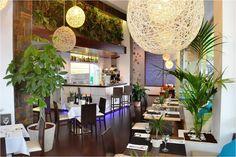 #Cafeteria #Restaurante #tropical #decoracion via @planreforma #sillas #encimeras #mesas de comedor #lamparas #iluminacion #revestimiento #render-maqueta #plantas #suelos #arboles #jardín vertical #pared #madera
