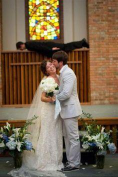 Cerimônias para celebrar a união entre duas pessoas geralmente são memoráveis e emocionantes, mas isso não significa que elas devem ser sempre sérias.