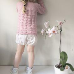 Vi gleder oss til sommer og sol! ☀️ #hjertegarn #alpacasilk #dropsdesign #strikkedilla #emmastrikk #emmastrikk2015 #newbie #seleshorts #kappahl #kavat #orchid #instaknit #pink #striktilbørn #barnestrikk #längtarefterbrunaben #norskbarnemote #knitspiration  Nr27:2015