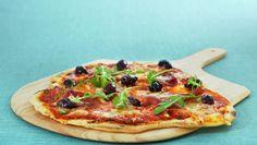 Italiensk pizza med spekeskinke og oliven Calzone, Pepperoni, Vegetable Pizza, Vegan Recipes, Vegan Food, Nom Nom, House Design, Dinner, Hanging Plant