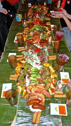 Kamayan-Night-Jeepney-NYC-Aerial-View-of-Whole-Table-for-10-Bicol-Express-Adobong-Hipon-Dampa-Fry.jpg 564×1,000 pixels