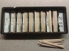MATEMATIKA - počítání špejlí a přiřazování dle počtu. V monte krabička s vřeténky.