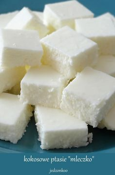 """Zobacz zdjęcie lekkie i kokosowe ptasie """"mleczko"""" w wersji jogurtowej   składniki: 400g jogurtu greckiego/naturalnego 4 łyżki cukru pudru mała szklaneczka wiórków kokosowych 1/3 szklanki gorącej wody 3 łyżeczki żelatyny w proszku  Do miski przekładam jogurt i mieszam go aby rozluźnić masę. Przesiewam do tego cukier puder, mieszam dokładnie, kosztuję, jeżeli nadal jest dla Was za mało słodkie to dodawajcie po łyżeczce cukru pudru, aż uzyskacie odpowiedni poziom słodkości. Następnie…"""