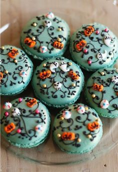 gorgeous halloween macaroons. MUST HAVE NOW!