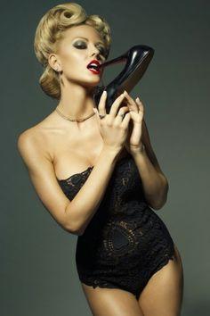 A linda modelo Lindsay Hancock em sensuais fotografias como uma pin-up vintage