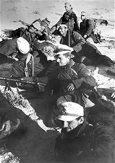 2.WW, North Africa, war theater (Africa campaign) german Afrika Korps Feb.41-May43: Rommel's second offensive . Soldiers during a restJan./Feb.1942 - pin by Paolo Marzioli