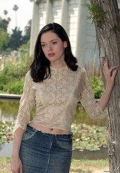 """Stock Photo - Film Still / Publicity Still from """"Charmed"""" (Episode: Charmed Again) Rose McGowan 2001 Photo credit: Ron Batzdorff File Reference # For Editorial Use Only Paige Charmed, Serie Charmed, Charmed Tv Show, Rose Mcgowan, Holly Marie Combs, Shannen Doherty, Portraits, Alyssa Milano, Celebrity Babies"""