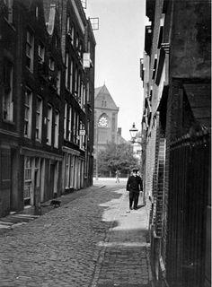 De Noordmolenwerf gezien vanaf de 2e Lombardstraat, uit het zuidwesten, 1908. Op de achtergrond de katholieke kerk aan het Boschje. In 1659 komt het Boschje buiten de Hofpoort voor. Het was een met bomen beplant stadsplein aan de Goudsesingel. Het Boschje behoorde tot het terrein, dat nog in 1525 bekend was als het Foreest in Rubroek