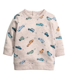 Top in soft sweatshirt fabric with buttons at the top, long sleeves and ribbing at the cuffs and hem. Childrens Wardrobes, Kids Fashion Boy, Kids Branding, H&m Online, Baby Patterns, Fashion Addict, Boy Outfits, Fashion Online, Graphic Sweatshirt