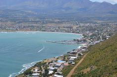 Gordon's Bay is the most south eastern part of the Cape Town metropole. a Small town at the foot of the Hottentots-Holland mountain range with spectacular views over False Bay - especially at sunset with Table Mountain on the horison. Table Mountain, Mountain Range, Places Of Interest, Coastal Homes, Countries Of The World, Cape Town, Small Towns, West Coast, South Africa