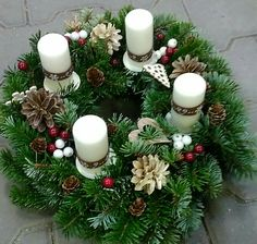Advent wreath rustical Advent Wreath Candles, Christmas Advent Wreath, Thanksgiving Wreaths, Holiday Wreaths, Christmas Time, Watermelon Decor, Paper Flower Wreaths, Christmas Centerpieces, Diy Wreath