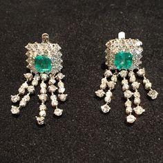 What a #goodmorning with these #emerald and #diamond #cascade #earrings! #legioiedifunaro #gioielliantichi #gioielleria #milano #orecchini #smeraldi #brillanti #goccia
