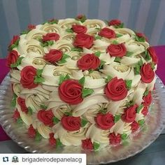 Elegant ❤❤❤ with ・・・ Rosas marfim + mini rosas vermelhas ❤️ Cake decorating ideas Gorgeous Cakes, Pretty Cakes, Cute Cakes, Fancy Cakes, Amazing Cakes, Fun Cupcakes, Cupcake Cakes, Mini Cakes, Super Torte