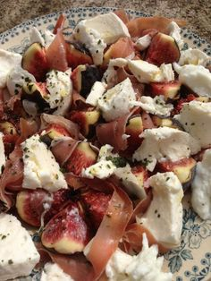 - Smartphones - Salade figue mozzarella et jambon cru/ sauce au miel et au citron Fig salad with mozzarella and raw ham / honey and lemon sauce. Raw Food Recipes, Salad Recipes, Cooking Recipes, Healthy Recipes, Mozzarella, Fig Salad, Salty Foods, No Cook Meals, Food Dishes