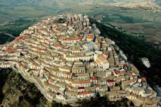 Rotondella, Matera, Basilicata. L'abitato ha origini molto antiche. Rotondella viene citato nel 1261 col nome di Rotunda Maris, termine derivato, probabilmente, dalla sua particolare posizione di fronte al mar Jonio.