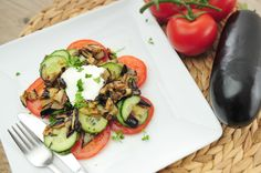 Een salade van gegrilde aubergine met komkommer en tomaat. Heerlijk! Aubergine bevat veel vezels en mineralen en aubergine wordt lekker zacht en smeuïg als je het verwarmt. Wij hebben deze salade als lunch op, maar je kunt deze gegrilde aubergine salade natuurlijk ook als bijgerecht serveren. Als volwaardige avondmaaltijd voor twee personen kun je de ingrediënten hieronder verdubbelen.