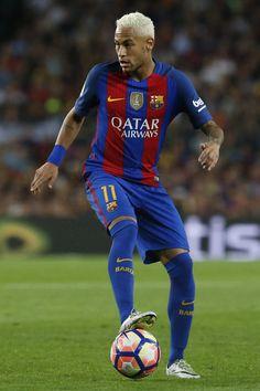Barcelona's Brazilian forward Neymar controls the ball during the Spanish league football match FC Barcelona vs Atletico de Madrid at the Camp Nou stadium in Barcelona on September 21, 2016. / AFP / PAU BARRENA