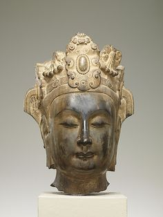CHINE Head of an Attendant Bodhisattva    Period:      Northern Qi dynasty (550–577)  Date:      ca. 565–75  Culture:      China  Medium:      Limestone with pigment