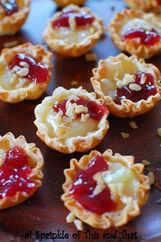 Raspberry Brie Tartlets a really quick appetizer with only 4 ingredients! Brie Bites, Holiday Appetizers, Phyllo Appetizers, Appetizers With Goat Cheese, Warm Appetizers, Prociutto Appetizers, Avacado Appetizers, Popular Appetizers, Elegant Appetizers