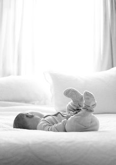 23 Ideas For Baby Photography Sleeping Mom Foto Newborn, Newborn Baby Photos, Newborn Shoot, Newborn Pictures, Baby Pictures, Newborn Care, Mom And Baby, Baby Love, Baby Photography Poses
