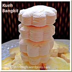 My Kueh/Kuih Bangkit Broken Into Pieces When It Dropped On My Floor. New Year's Desserts, Asian Desserts, Chinese Desserts, Chinese Recipes, Dessert Dishes, Dessert Recipes, Goody Recipe, New Years Cookies, Asian Cake