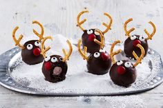 Looking for Christmas treats and sweets to gift for that food-loving friend this festive season? We& got every recipe you need, from homemade golden syrup to slices, chutneys to chocolate treats. Mini Christmas Puddings, Christmas Truffles, Christmas Snacks, Christmas Recipes, Christmas Gifts, Christmas Baking, Merry Christmas, Christmas Brunch, Christmas Appetizers
