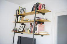 """Estanteria de maderia y """"hierro"""". Una manera sencilla de construir esta estantería con tuberías de plástico que simulen hierro."""