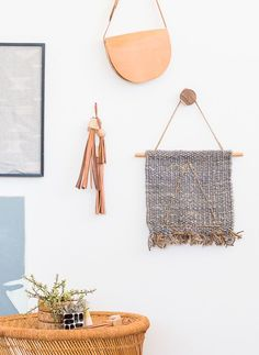 Looking for a simple art project to try? Check out this wall art DIY - an embroidered wall art idea that looks great and is easy to make. Diy Home Decor Easy, Retro Home Decor, Easy Diy, Vintage Embroidery, Diy Embroidery, Embroidery Patterns, Easy Art Projects, Projects To Try, Design Projects