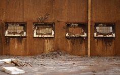 12/11 - Janelas de uma casa de Bento Rodrigues, no interior de Minas Gerais, são vistas após o rompimento de barragens de rejeitos da mineradora Samarco, cujos donos são a Vale e a anglo-australiana BHP, na quinta-feira (5)