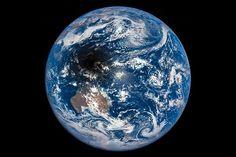 scinexx | Sonnenfinsternis aus dem All gesehen: Weltraumobservatorium fängt Mondschatten auf der Erdkugel ein