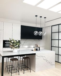 Best Kitchen Lighting Ideas to Illuminate Your Home Katydidandkid spoke to some interior experts to offer you with a riches of motivating kitchen lighting ideas to illuminate your kitchen stylishly. Art Deco Kitchen, Home Decor Kitchen, Kitchen And Bath, Kitchen Interior, New Kitchen, Home Kitchens, Kitchen Ideas, Space Kitchen, Modern Kitchens