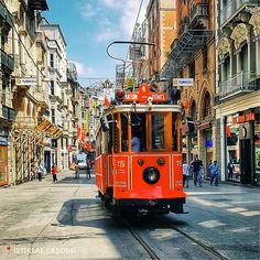 在 #伊斯坦布爾獨立大街 上整日穿梭的復古輕軌電車,紅色正代表🇹🇷 。 #istiklalstreet  ©metinbdemirel
