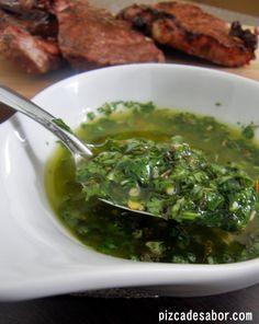 Aprende a preparar un delicioso chimichurri para acompañar carnes, pan, papitas al horno o tu platillo favorito. Lo puedes preparar días antes para tenerlo a la mano cuando más te antoje.