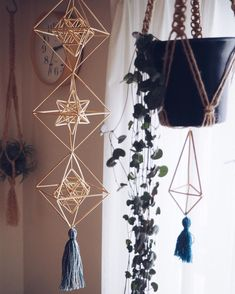 Geometric Shapes Art, Geometric Designs, Straw Sculpture, Psychedelic Decor, Christmas Holidays, Christmas Decorations, Diy Straw, Shape Art, Mobiles