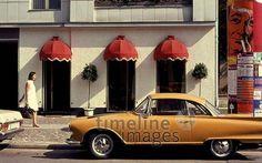 Kurfürstendamm in Berlin, 1968 Juergen/Timeline Images #60er #60s #1960er #1960s #Fußgänger #Auto #Union #1000