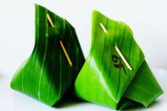 packaging using banana leaf Smart Packaging, Food Packaging Design, Japanese Sweets, Japanese Food, Boat Noodle, Asian Bbq, Thai Dessert, Leaf Crafts, Food Concept