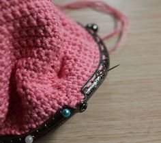 Mis obsesiones de hoy: Tutorial : monedero con boquilla / How to do : crochet purse with frame Frame Purse, Crochet Purses, Beaded Embroidery, Coin Purse, Crochet Patterns, Winter Hats, Knitting, Sewing, How To Make