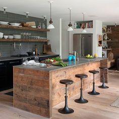 Trio de suspensions dans une cuisine rustique http://www.homelisty.com/accumulation-enfilade-suspensions/